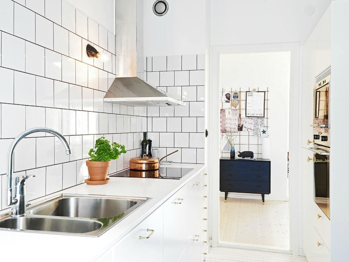 subway-tiles-black-grout-galley-kitchen backsplash